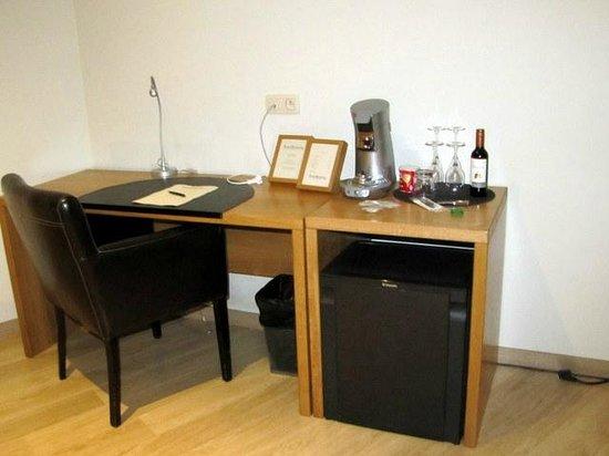 Boardhouse Hotel :                   Desk with Mini Bar