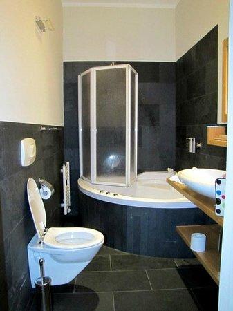 Boardhouse Hotel :                   Lavish Bath