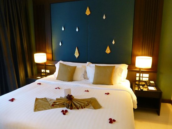 Centara Anda Dhevi Resort and Spa:                   The lovely comfortable 7ft wide bed! (with petals!)