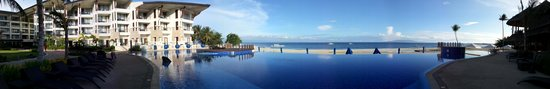 The Bellevue Resort Bohol: pool and hotel
