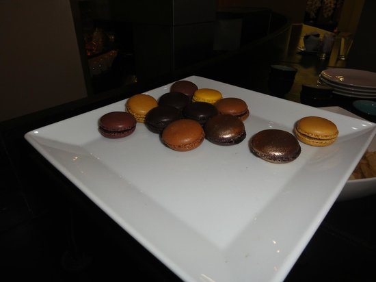 Hotel Le 123 Elysées - Astotel : Free Macarons in Afternoon