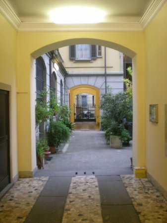 Hotel Arno: Hotel entrance is on the right.