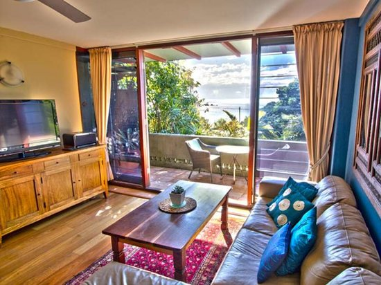 Wategos Beach Retreats: Apartment lounge and balcony