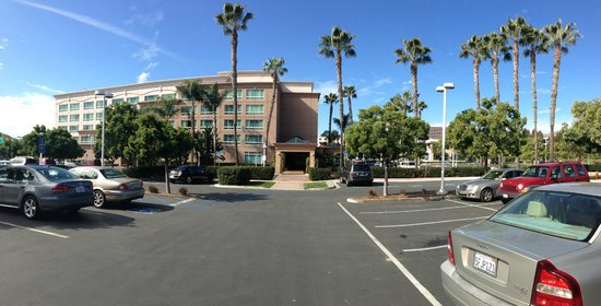 DoubleTree by Hilton San Diego - Del Mar:                   The front entrance.