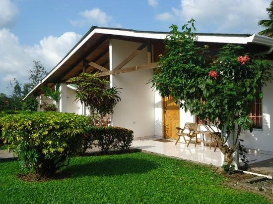 Hotel Villas Vilma: Jardìn del frente de las habitaciones