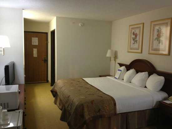 Baymont Inn & Suites Marshfield:                   Bedroom