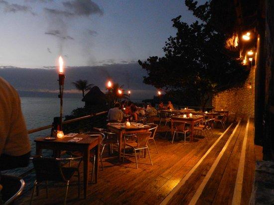 Rockhouse Hotel: Restaurant at night