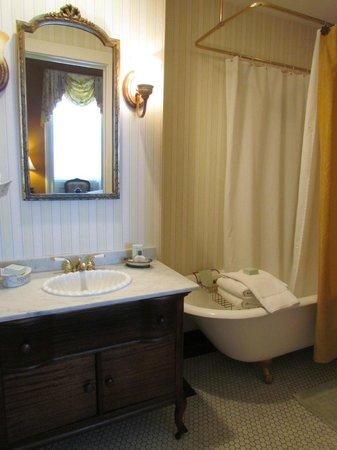 Hamilton-Turner Inn:                   Juliette Gordon Low Bathroom