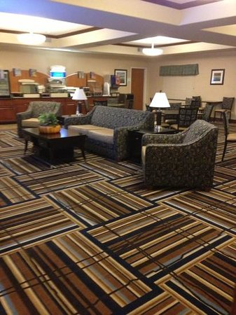 Holiday Inn Express Hotel & Suites Mount Airy South: lounge and breakfast area