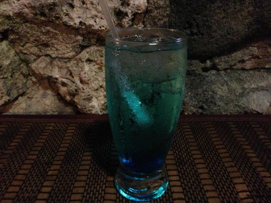 ‪رينيسانس كوراكاو ريزورت آند كازينو: Obligatory Blue Cocktail Drink in Curacao‬