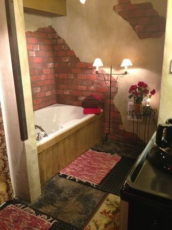 CAdy Carriage House B&B:                                     The tub for two