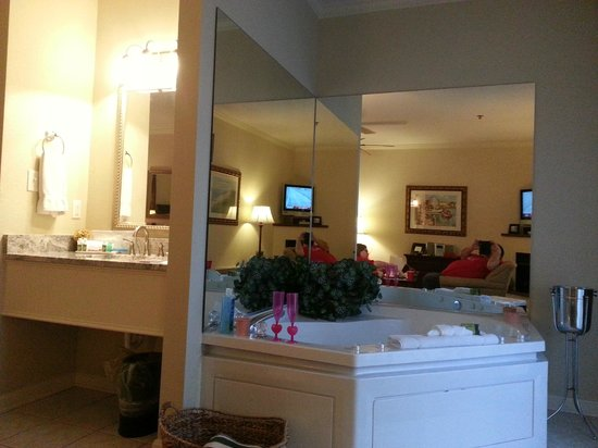 Avenue Inn & Spa:                   the jacuzzi in our room