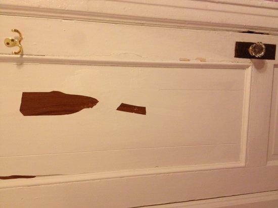 Hotel Deauville: Peeling paint on the door to the bathroom. terrible!
