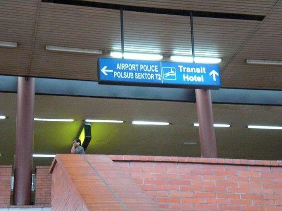 โรงแรมจาร์กาตา แอร์พอร์ท:                   空港の外からの案内(空港内の移動でも着く)