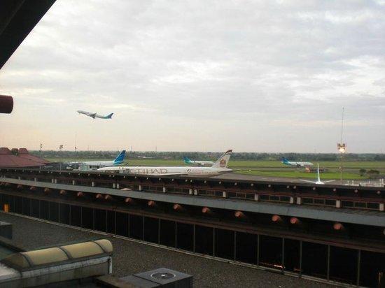 โรงแรมจาร์กาตา แอร์พอร์ท:                   部屋から見える空港