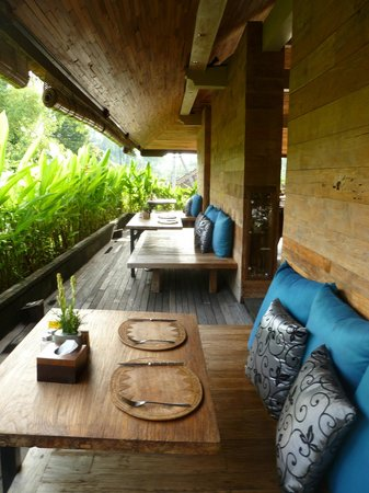 Sri Ratih Cottages:                                     Relaxed dining area.
