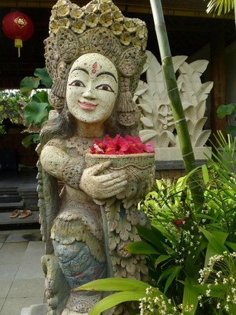 Sri Ratih Cottages:                                     Garden statuary.