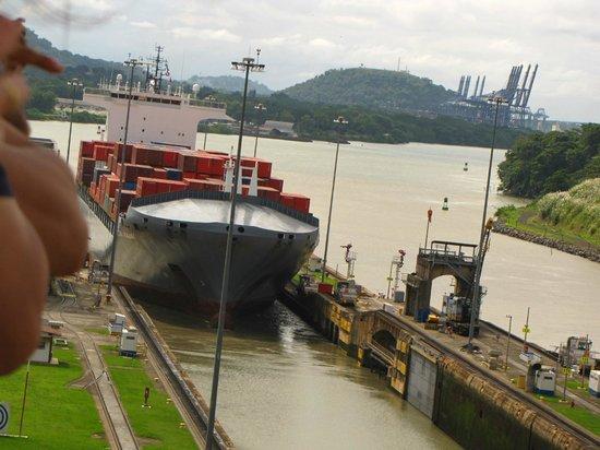 Canal de Panamá:                   Esclusas Miraflores - Pasaje de un carguero