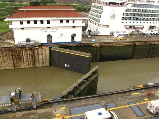 Canal de Panamá:                   Esclusas abriendo las compuertas para desnivelar con agua