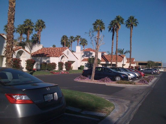 Desert Breezes Resort: Exterior Area and Parking Lot