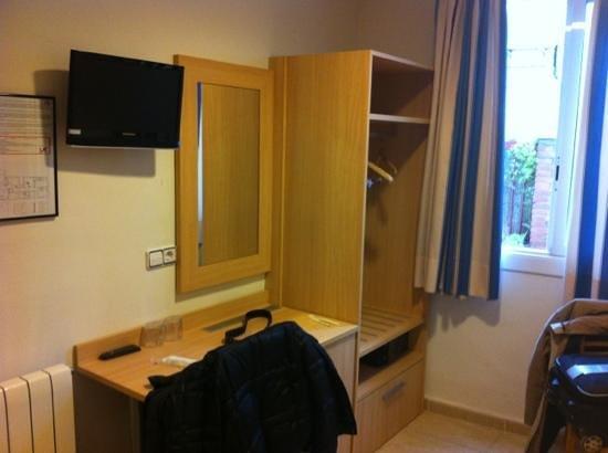 Hotel Canton:                   télé, petit bureau, armoire