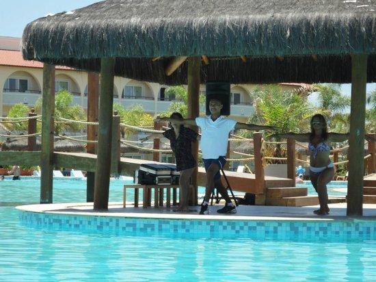 Grand Palladium Imbassai Resort & Spa:                   Clase de estiramiento con animador Rafael, en piscina