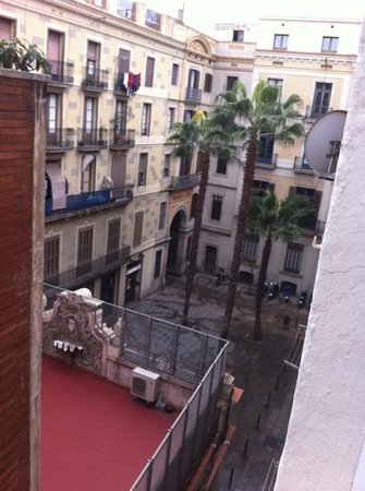 Hotel Canton:                   la vue sur la droite de la chambre