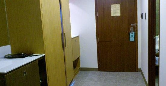 La Breza Hotel: Main door + cabinet