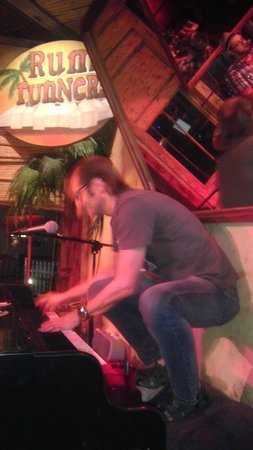 Rum Runners: Typical night in dueling piano paradise!