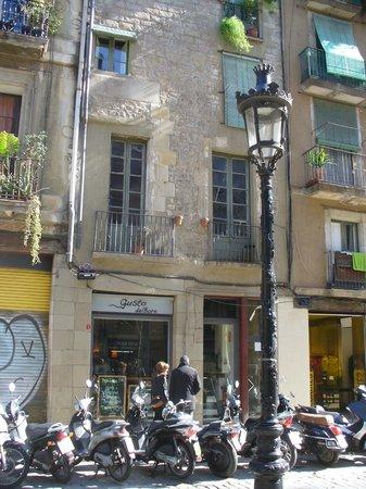 Gusto del Born :                   Great small pizza place in El Born