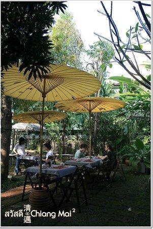 บ้าน ฮานิบะ เบด แอนด์ เบรคฟาสต์:                   dining hall under the sun, or you can call it garden