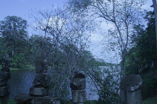 Beng Mealea:                   Ров вокруг дворца