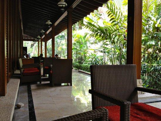 The Sultan Hotel & Residence Jakarta:                   中庭はここでくつろげます。