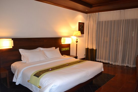 Borei Angkor Resort & Spa:                   Deluxe room bed