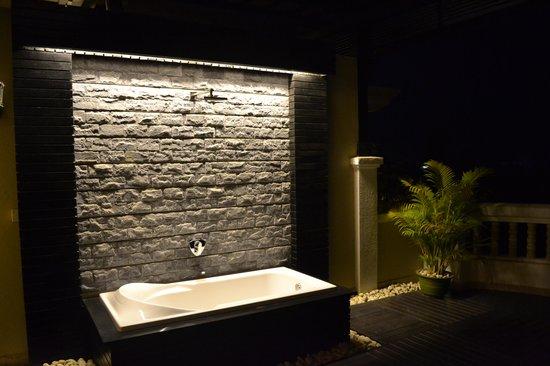 Borei Angkor Resort & Spa:                   Outside Tub