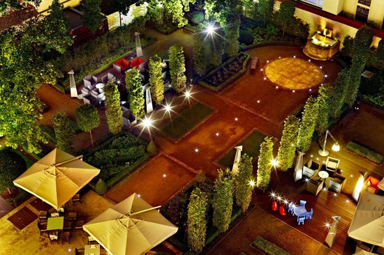 Two Steps Bar: Kempinski Garden