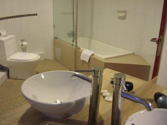 Hotel Montecarlo: Baño