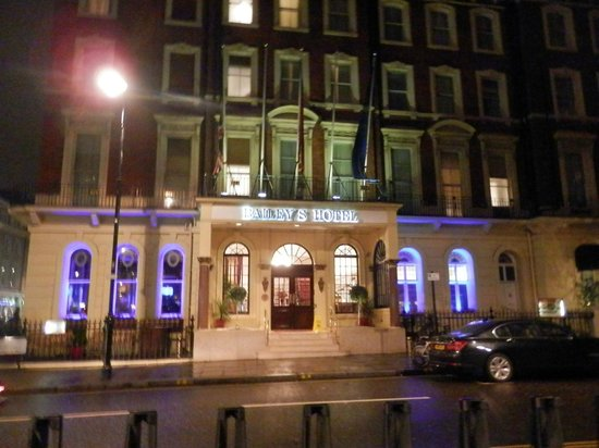 Millennium Bailey's Hotel London Kensington:                   View from Underground forecourt
