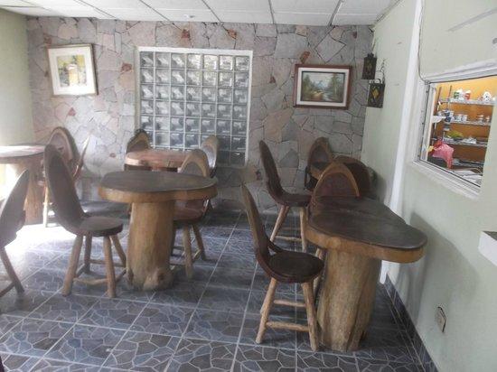 Cano Panaderia: Bancs et tables style tronc d'arbre.