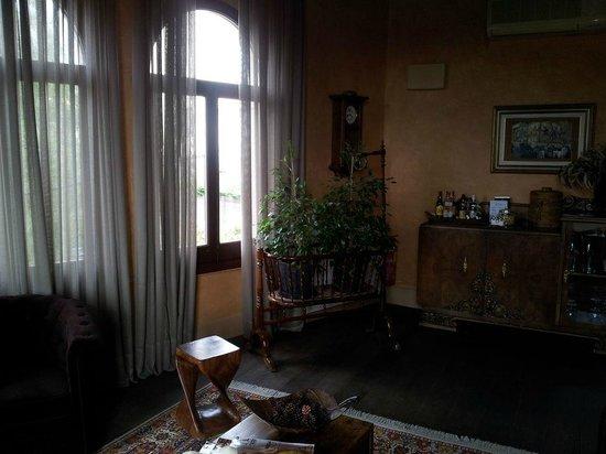 Hotel Mas de Baix:                   Salón junto a la habitación Sevilla