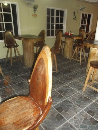 Cano Panaderia: Tables et chaises style tronc d'arbre.