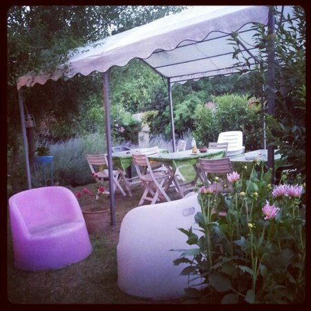 La Casa dei Carrai: small and pink garden