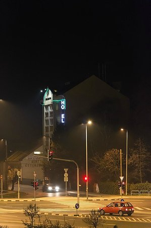 Hotel Chesscom:                   Widok Hotelu w nocy