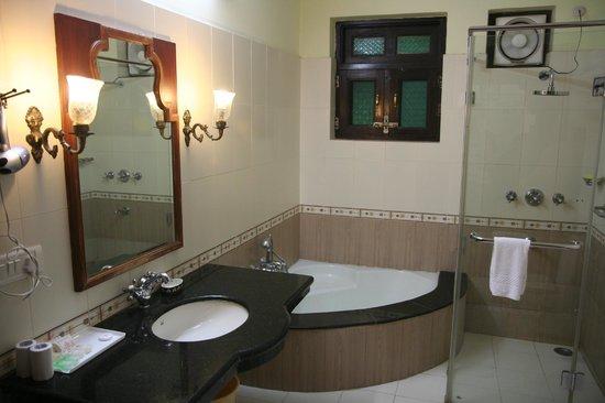 Umaid Bhawan Heritage House Hotel: sdb ch309