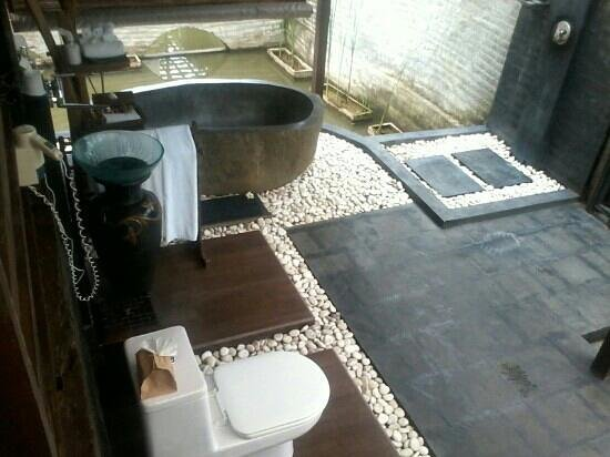 KajaNe Yangloni Private Boutique Health & Leisure Centre:                                     bale kambang 3's semi outdoor bathroom