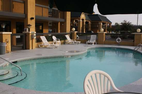 Quality Inn & Suites Civic Center: Outdoor Pool