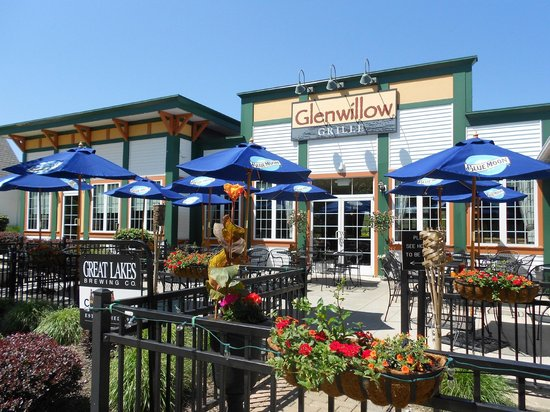 Solon, OH: Dine on our patio with one of our select wines and signature flatbreads.