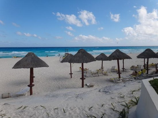 Park Royal Cancun:                   Praia do hotel com cadeiras e quiosques