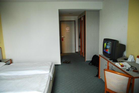 Holiday Inn Berlin City East: TV&entrance