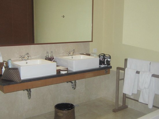 Komaneka at Rasa Sayang: His and her basins